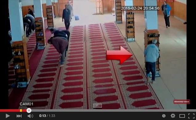 فيديو : شاهدوا كيف ضبطت كاميرات المسجد مغربي يسرق الأحذية